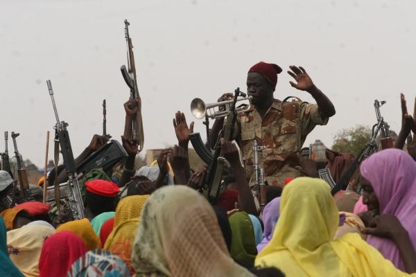 18-od-zda-in-eu-vsiljeni-mir-med-sudansko-vlado-in-uporniki-ki-ga-je-podpisala-v-abuji-nigerija-4-maja-2006-samo-eden-od-upornih-komandantov-ni-mogel-prinesti-miru36963B27-3466-D2B8-2879-8F51DDA2B299.jpg